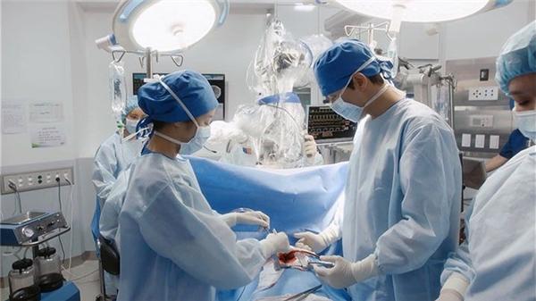 Ca phẫu thuật kép cả tim và não trong phim.(Ảnh: Internet)
