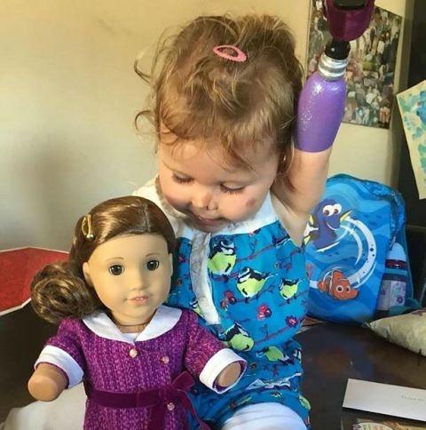 Cô bé chăm sóc cho Rebecca như mộtngười chị đang chăm em nhỏ.