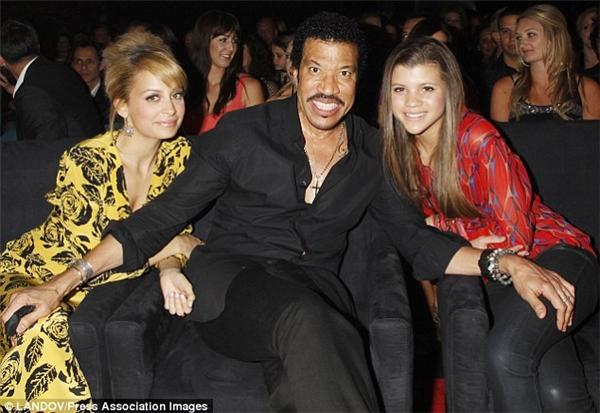 Sofia bên bố và chị gái nổi tiếng của mình