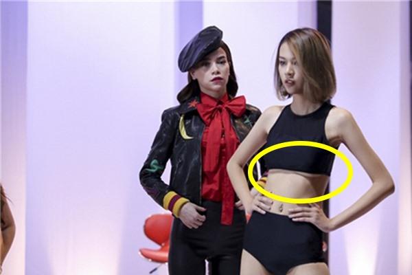 """Phí Phương Anh - """"gà cưng"""" của Hồ Ngọc Hà lộ phần chân ngực khi diện chiếc áo crop-top ở thử thách catwalk trong tập 2."""