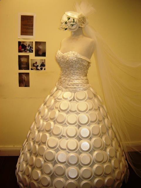 Dự đoán số khách mời sẽ đông đột biến, cô dâu đã làm một chiếc váy từ những chiếc đĩa nhựa để có thể kịp thời đãi khách.