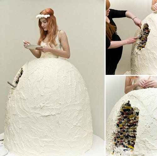 Trong suốt tiệc cưới chắc chắn cô dâu sẽ là người dễ bị đói bụng nhất, chiếc váy cưới này chính là giải pháp.