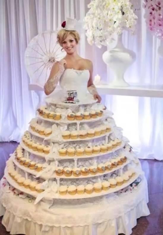 Chắc chắn khách mời rất yêu thích chiếc váy cưới làm từ bánh cupcake này.