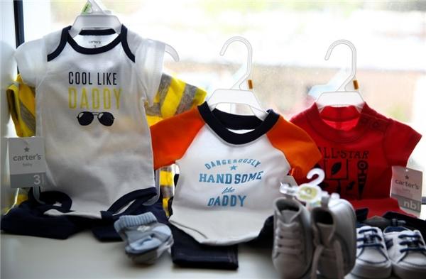 Những bộ quần áo được chuẩn bị để chào đón một em bé khỏe mạnh.