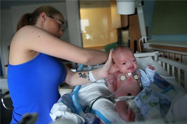 Brandi đang chăm sóc cho Eli trong bệnh viện.