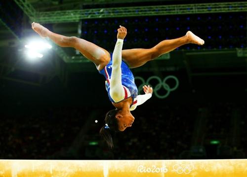 Simone Biles, vận động viên thể dục dụng cụ trong loạt đấu giữ thăng bằng trên xà cho nội dung Toàn năng cá nhân nữ vòng chung kết vào ngày thứ 6 của Thế vận hội.