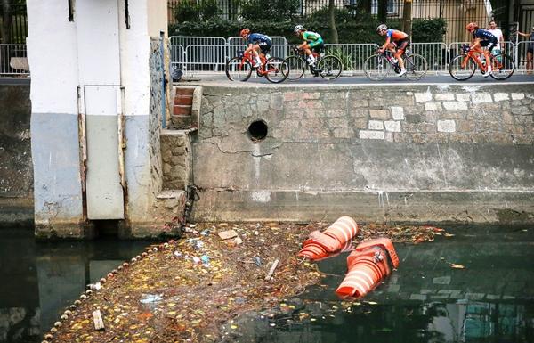 Các vận động viên đua xe đạp chạy ngang qua một con kênh bị ô nhiễm trong vùng lân cậnLeblon cho giải đấu Đua xe đạp nữ ở Olympic Rio 2016.