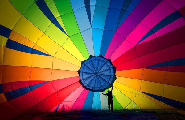 Một khinh khí cầu khí đangđược chuẩn bị nhằm thực hiện chuyến bay thử nghiệm, mở màn cho Lễ hội khinh khí cầu quốc tếBristol vàotuần nàyở Bristol, Anh. Đây là lần tổ chức thứ 38 và là sự kiện khinh khí cầuthường niên lớn nhất châu Âu.