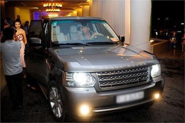 Trước đó, siêu mẫu Thanh Hằng cũng sử dụng chiếc Mercedes màu trắng có giá khoảng hơn 2 tỉđồng hay cô từng bị bắt gặp đi tham dự sự kiện trên chiếc xe Range Rover có giá gần 6 tỉ. - Tin sao Viet - Tin tuc sao Viet - Scandal sao Viet - Tin tuc cua Sao - Tin cua Sao