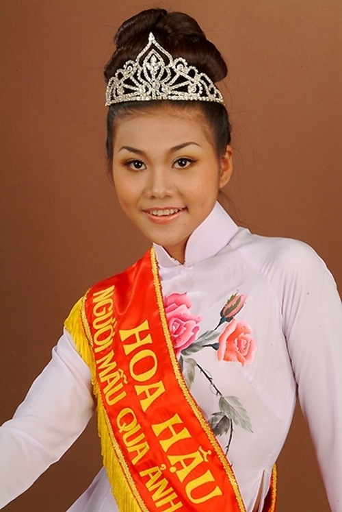 """Đăng quang ngôi vị Hoa hậu phụ nữ Việt Nam qua ảnh vào năm 2002 có thể coi đấy là tấm vé """"vàng"""" đưa Thanh Hằng trở thành một trong những mĩnữ hàng đầu của showbiz Việt. Sau thành công đó, Thanh Hằng tiếp tục khẳng định dấu ấn trong sự nghiệp trên sàn catwalk của mình khi đoạt giải Người mẫu xuất sắc năm 2004.  - Tin sao Viet - Tin tuc sao Viet - Scandal sao Viet - Tin tuc cua Sao - Tin cua Sao"""