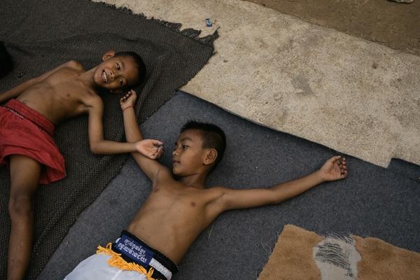 Nếu luyện tập chăm chỉ và đạt được nhiều chiến tích, có thể các em sẽ may mắn được một lò võ nào đó ở thủ đô Phnom Penh hoặc Thái Lan nhận vào luyện tập.