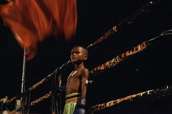 Ở Campuchia, võ sĩ chưa đến tuổi quy định sẽ không được thi đấu chuyên nghiệp, nhưng nhiều em vẫn lách luật bằng cách sử dụng giấy tờ giả.