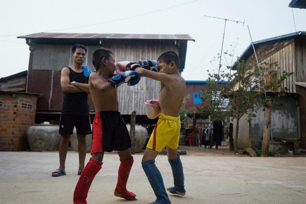 Đồ bảo hộ trong luyện tập và thi đấu của các em đều là đồ cũ, đã qua sử dụng, nhập từ nước ngoài.