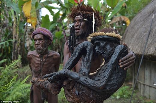 Ngoài tộc trưởng, những thành viên kháctrong bộ lạckhông hềbiết cách để ướp xác bằng khói.