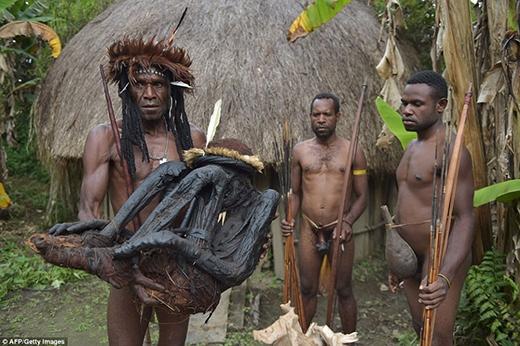 Bộ tộc này cũng có một phong tục kì lạ nữalà nếu tộc trưởng của họ chết thì những người họ hàng là nữ giới của ông phải chặt một đoạn ngón tay của họ.