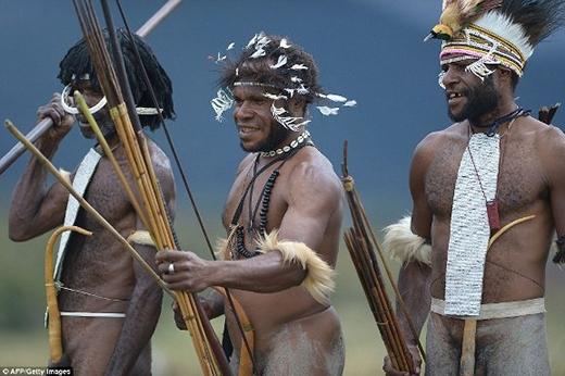 Những người đàn ông sẽ mặc một bộ trang phục đặc biệt, bao gồm cả sơn mặt, lông, xương động vật và vỏ bọc bộ phận sinh dụcđược làm vô cùng phức tạp được gọilà Koteka.