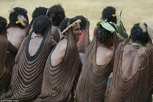 Còn những người phụ nữ sẽ mặc váy làm từ sợi dệt phong lan, trang trí bằng rơm và túi dệt.