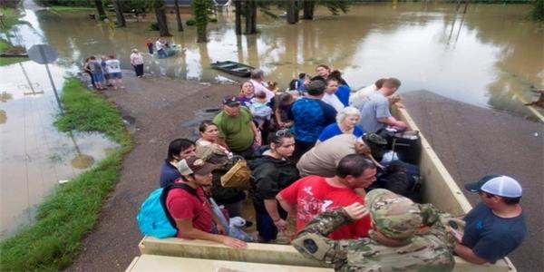 Thống đốc Edwards cho biết, ít nhất 20.000 người đã được cứu thoát khỏi vùng thảm họa