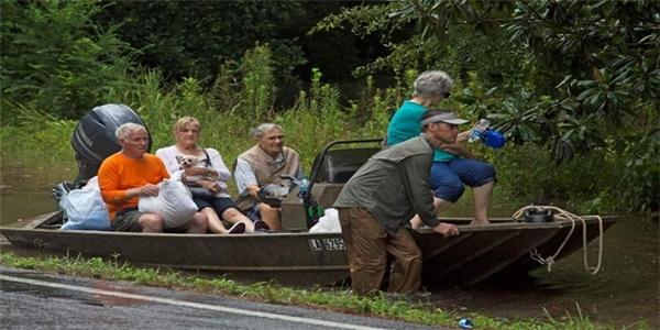 Chỉ trong 24h, nơi bị ảnh hưởng nặng nề nhất của bang miền Nam nước Mỹ đã hứng đến 17inches lượng nước mưa rơi xuống