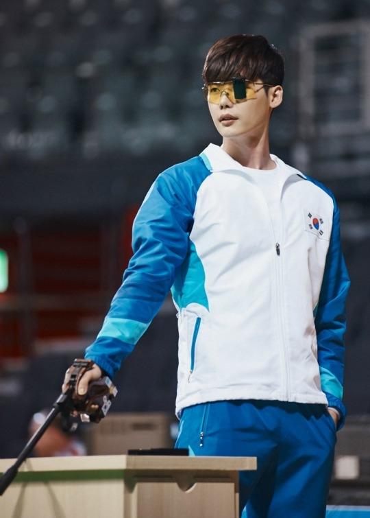 Lee Jong Suk đã hoàn thành vai một cách trọn vẹn, thể hiện vô cùng xuất thần hình tượng một vận động viên bắn súng.