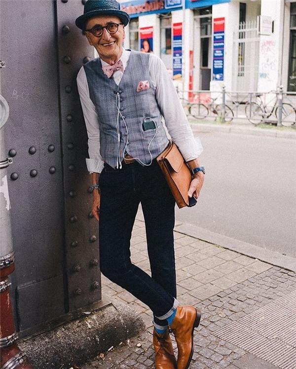 """Krabbenhöft """"chuyên trị"""" các bộ áo vest chỉn chu, thanh lịch kết hợp cùng quần tây hoặc jeans, đeo nơ bướm và đội mũ."""