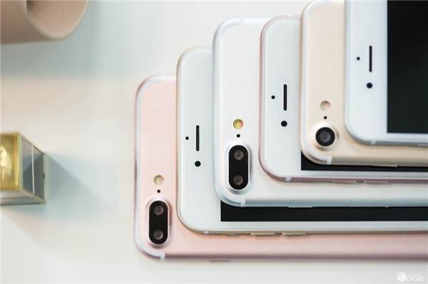 Khác với tin đồn, mặt sauiPhone 7 Plus không trang bị cổng Smart Connector. (Ảnh: internet)