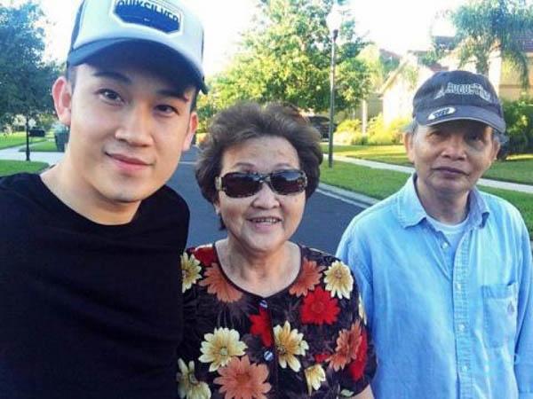 Có con là những nghệ sĩ nổi tiếng nhưng mẹ Hoài Linh vẫn giữ sự bình dị và thân thiết với họ hàng cũng như mọi người xung quanh. - Tin sao Viet - Tin tuc sao Viet - Scandal sao Viet - Tin tuc cua Sao - Tin cua Sao