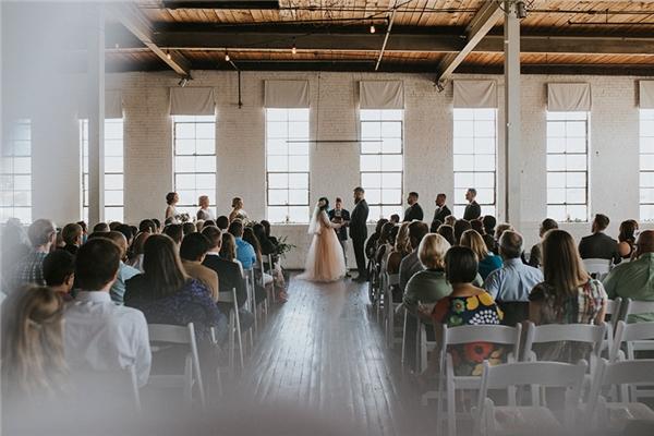 Như một phép màu cổ tích, Jaquie đã khiến mọi quan khách có mặt ngạc nhiên khi bất ngờ đứng dậy và bước đi trong lễ cưới của mình sau 8 năm ngồi xe lăn.