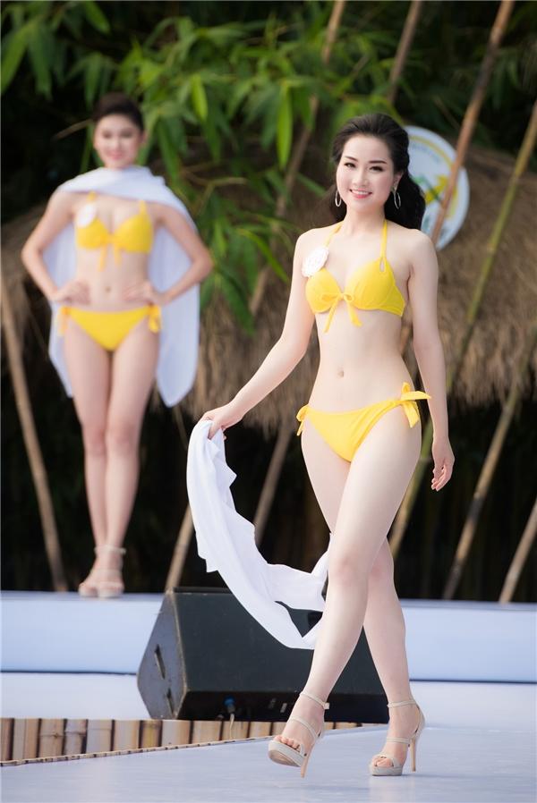 Phùng Lan Hương có vẻ ngoài khá giống Á hậu Dương Tú Anh.