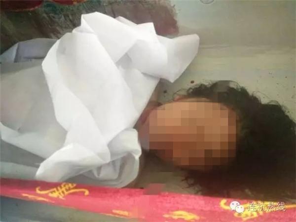 Khi được phát hiện toàn thân cô gái trẻ đầy máu và cô đã chết trên đường đến bệnh viện.