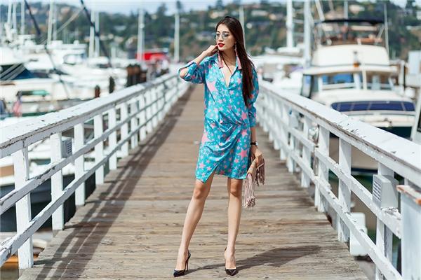 Lệ Hằng phô diễn được đôi chân dài, thẳng khi diện shirtress cắt xẻ. Sự kết hợp hai tông màu xanh, hồng mang đến cảm quan thẩm mỹ hoàn toàn mới mẻ.