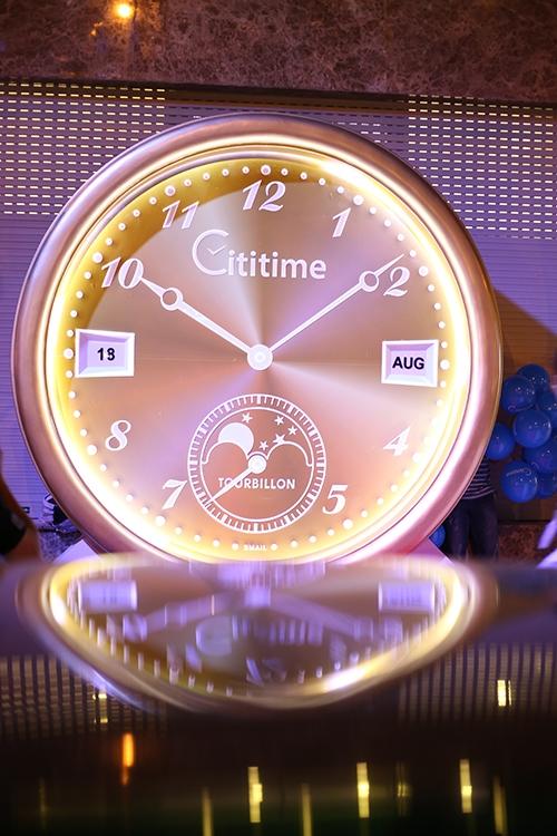 Chiếc đồng hồ khổng lồ ngay trước thềm trung tâm Cititime.
