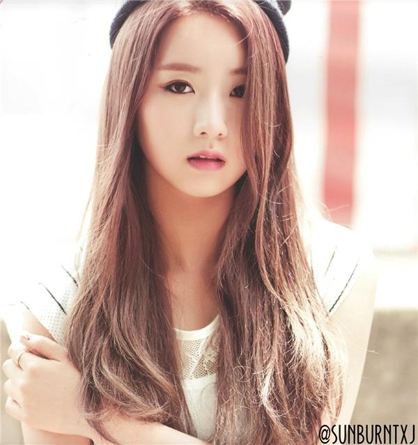 """Tóc dài thẳng kết hợp với kiểu """"mái có như không"""" đơn giản mà xinh đẹp vô cùng."""