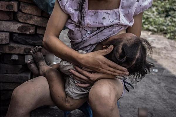 Một người mẹ tranh thủ thời gian nghỉ giữa giờđể cho con bú.