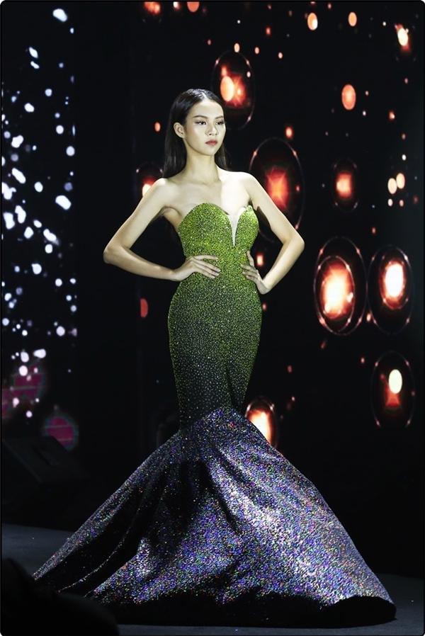 Phương Anh trình diễn trong một đêm tiệc thời trang vào cuối tuần qua.