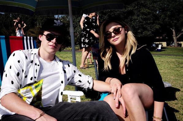 """Chloe sống ở Mỹ còn Brooklyn sống ở Anh, vậy là gia đình của Beckham đã có một chuyến bay đến Mỹ để thăm """"con dâu tương lai"""" của mình. Brooklyn đã hạnh phúc chia sẻ hình ảnh đoàn tụ và có một kì nghỉ ngọt ngào bên Chloe Moretz."""