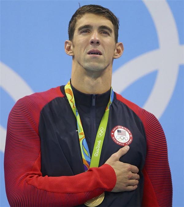 Phelps nghẹn ngào khi lần cuối được hát quốc ca trên bục nhận thưởng ở Olympic.