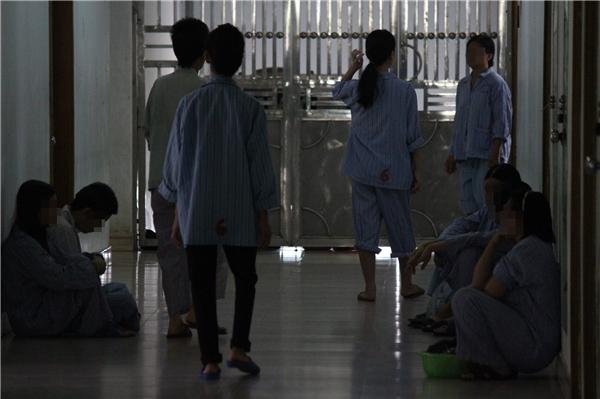 Trần Thị Lệ Hà là bệnh nhân mang áo số 6. Người mang áo số 6 thứ hai chínhlà mẹ của em, luôn túc trực cạnh con gái.