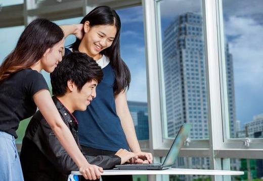 Với tấm bằng đạt chuẩn quốc tế trên tay, sinh viên có thể tự tin thực hiện ước mơ của mình. Nguồn ảnh: Internet
