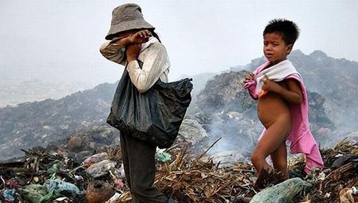 Tất cả mọi hoạt động vui chơi hay sinh hoạt đều diễn ra trên bãi rác khổng lồ.