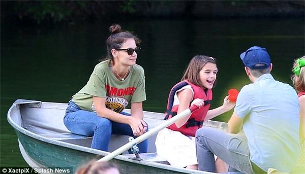 Suri thích thú chơi đùa cùng chiếc mái chèo trong khi Katie hạnh phúc ngắm nhìn giây phút vui vẻcủa con gái.