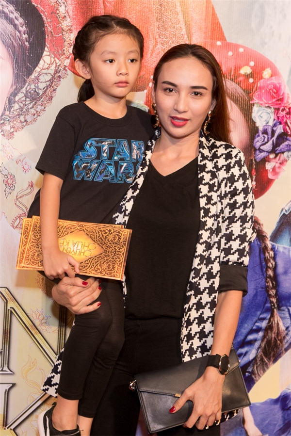 Hoa hậu Du lịch 2008 - Ngọc Diễm đi xem phim cùng con gái Chiko. - Tin sao Viet - Tin tuc sao Viet - Scandal sao Viet - Tin tuc cua Sao - Tin cua Sao