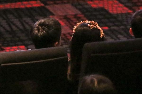Đến lúc vào xem phim, Cường Đô La mới xuất hiện và nhanh chóng di chuyển vàp rạpvà ngồi kế bên Hạ Vi. - Tin sao Viet - Tin tuc sao Viet - Scandal sao Viet - Tin tuc cua Sao - Tin cua Sao