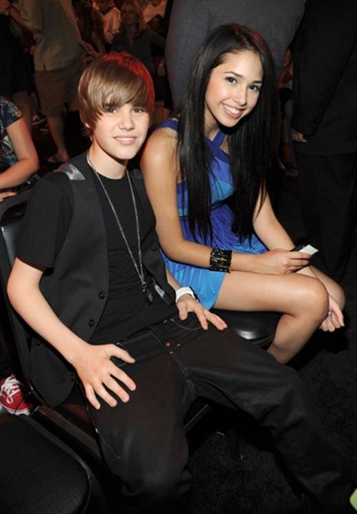 Justin và Jasmine V cũng đã từng hẹn hò một thời gian ngắn.