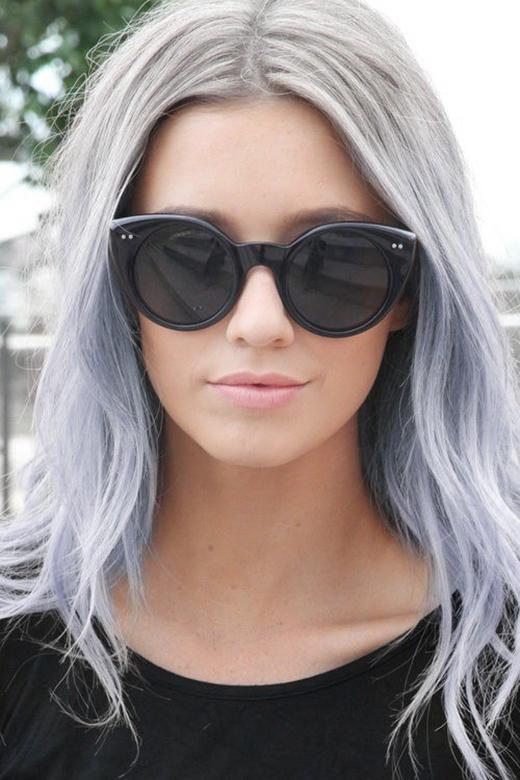 Bạn cũng nên nhớ xám bạc có khá nhiều tông, từ xám tro cho đến xám bạch kim cũng là một lựa chọn thú vị làm nổi bật thêm màu tóc của bạn.
