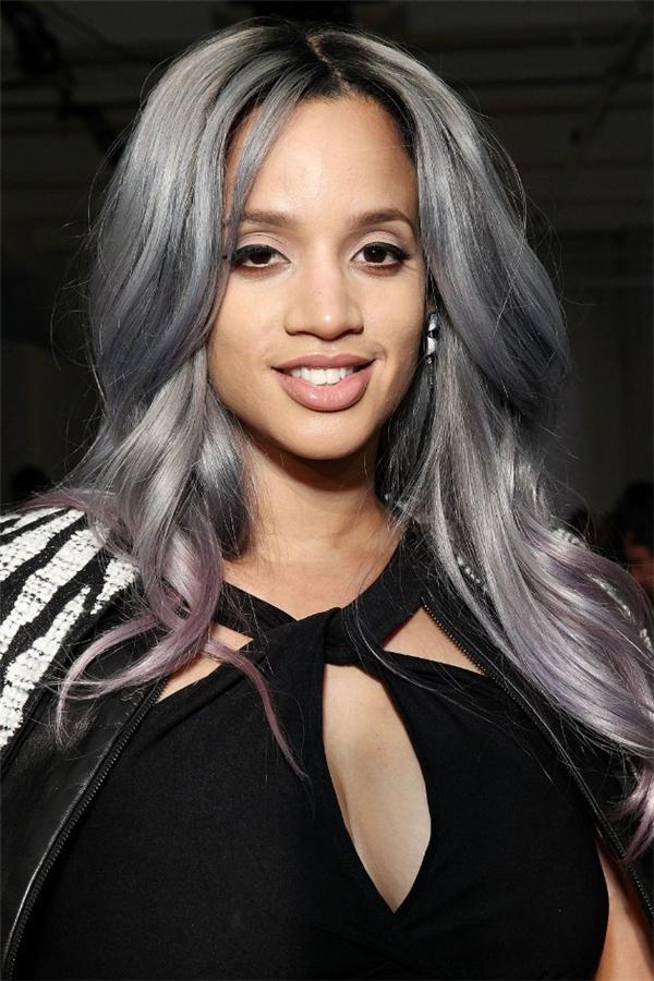 """Nếu không thích ombre xanh đỏ thì bạn hãy thử màu tím lãng mạn này xem. Dù là tóc ngắn hay tóc dài thì trông kiểu nhuộm này cũng vô cùng """"chất chơi"""" đấy nhé."""