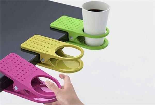 Chiếc kẹp để cốc cà phê này thuận tiệncho các nhân viên công sở trong việc chống rơi đổ cà phê khi đang chú tâm làm việc/