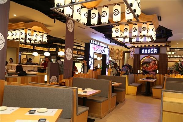 Oedo Alley với không gian đậm văn hoá Nhật, được thiết kế đồng nhất, hài hoà nhưng vẫn tạo được bản sắc riêng cho từng nhà hàng. Thưởng thức những món ngon của Nhật trong không gian đậm bản sắc như vậy sẽ giúp thực khách cảm nhận trọn vẹn tinh hoa của ẩm thực xứ hoa anh đào.