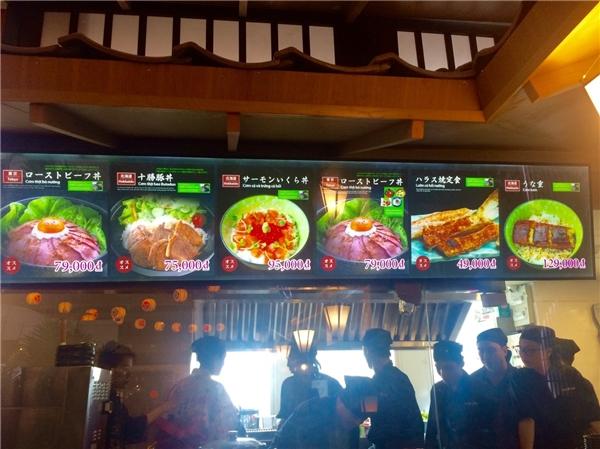 Nhà hàng Gourmet phục vụ các món ăn đặc sản của từng địa phương là các set cơm với đa dạng nhiều món ăn chế biến từ cá hồi, thịt bò, thịt heo hay lươn Nhật…