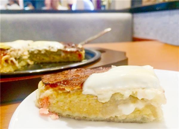 Điểm đặc biệt của món bánh xèo ở Botejyou là lớp sốt mayonaise (vốn chỉ dùng với món lạnh) được phủ lên lớp bánh vẫn còn nóng hổi toả hương trên bàn nướng teppan.